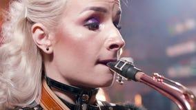 Ακραίος στενός επάνω πυροβολισμός ενός θηλυκού saxophonist που εκτελεί ένα τραγούδι απόθεμα βίντεο