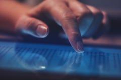 Ακραίος στενός επάνω του θηλυκού δάχτυλου που χρησιμοποιεί τον ψηφιακό υπολογιστή ταμπλετών στοκ φωτογραφία με δικαίωμα ελεύθερης χρήσης