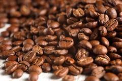 Ακραίος στενός επάνω του ψημένου σωρού φασολιών καφέ στοκ φωτογραφία
