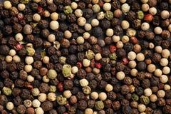 Ακραίος στενός επάνω peppercorn μίγματος του μίγματος σε έναν μαύρο πίνακα πετρών Μακρο σύσταση υποβάθρου τροφίμων στοκ εικόνα