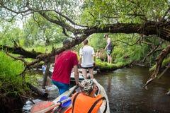 Ακραίος τουρισμός, καγιάκ στον ποταμό Luchosa, Λευκορωσία Στοκ Φωτογραφίες