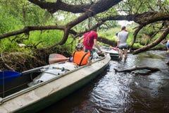 Ακραίος τουρισμός, καγιάκ στον ποταμό Luchosa, Λευκορωσία Στοκ Εικόνες