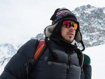 Ακραίος χειμερινός αθλητισμός: ο ορειβάτης φθάνει στην κορυφή μιας χιονώδους αιχμής στις Άλπεις Έννοιες: προσδιορισμός, επιτυχία, στοκ εικόνα με δικαίωμα ελεύθερης χρήσης