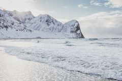 Ακραίος χειμώνας που κάνει σερφ στις νορβηγικές παραλίες μια όμορφη παραλία που περιβάλλεται από τα βουνά στοκ εικόνες με δικαίωμα ελεύθερης χρήσης