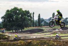 Ακραίο αθλητικό μοτοκρός Ο αθλητής απογειώνεται σε μια μοτοσικλέτα σε μια αφετηρία Ανταγωνισμός στο mestnosti πόλεων στοκ εικόνες