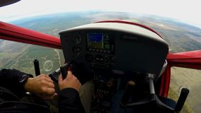 Ακραίο μάθημα στο αθλητικό αεροπλάνο, POV του συγκινημένου ατόμου που εξετάζει το πίνακα ελέγχου φιλμ μικρού μήκους