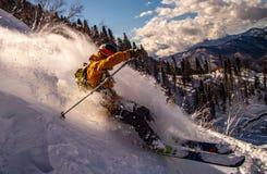 Ακραίο χιόνι συντριβής σκιέρ που έρχεται κάτω από το βουνό στοκ εικόνα με δικαίωμα ελεύθερης χρήσης