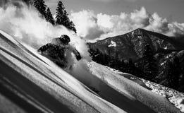 Ακραίο χιόνι συντριβής σκιέρ που έρχεται κάτω από το βουνό στοκ εικόνες