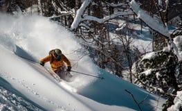 Ακραίο χιόνι συντριβής σκιέρ που έρχεται κάτω από το βουνό στοκ φωτογραφία