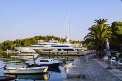 Ακριβά γιοτ και απλές βάρκες στην αποβάθρα το ήρεμο πρωί Αδριατική, Κροατία στοκ φωτογραφίες με δικαίωμα ελεύθερης χρήσης