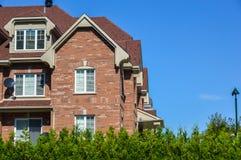 Ακριβά σύγχρονα townhouses με τα τεράστια παράθυρα στοκ εικόνες