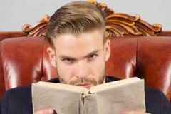 Ακριβές βιβλίο ανάγνωσης προσώπου ατόμων που μελετά, μόνο να αναπτυχθεί η εκπαίδευση επιχειρησιακής έννοιας απομόνωσε το λευκό Άτ στοκ εικόνες