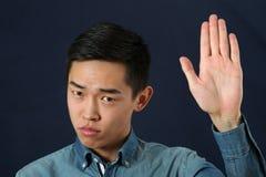Ακριβές νέο ασιατικό άτομο που δίνει το σημάδι στάσεων Στοκ φωτογραφίες με δικαίωμα ελεύθερης χρήσης