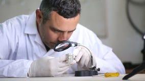 Ακριβές Inlay των διαμαντιών στο κόσμημα φιλμ μικρού μήκους