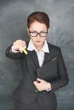 Ακριβής δάσκαλος που δείχνει σε κάποιο με την κιμωλία Στοκ Εικόνες