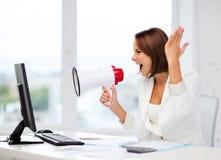 Ακριβής επιχειρηματίας που φωνάζει megaphone Στοκ φωτογραφίες με δικαίωμα ελεύθερης χρήσης
