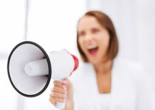 Ακριβής επιχειρηματίας που φωνάζει megaphone Στοκ Εικόνα