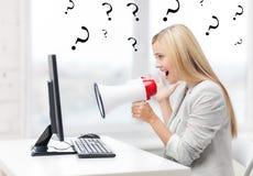 Ακριβής επιχειρηματίας που φωνάζει megaphone Στοκ Φωτογραφία