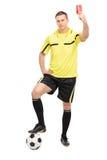Ακριβής διαιτητής ποδοσφαίρου που παρουσιάζει κόκκινη κάρτα Στοκ εικόνες με δικαίωμα ελεύθερης χρήσης