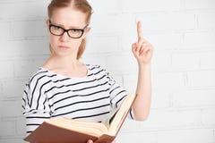 0 ακριβής σοβαρός σπουδαστής δασκάλων με το βιβλίο Στοκ Φωτογραφία