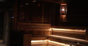 Ακριβή ξύλινη σάουνα με τον όμορφο φωτισμό του πέντε αστέρων ξενοδοχείου Prores, σε αργή κίνηση απόθεμα βίντεο