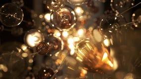 Ακριβός μεγάλος πολυέλαιος του γυαλιού σε ένα εστιατόριο ή μια αίθουσα συναυλιών Φωτισμός πολυελαίων στην αίθουσα, Bokeh, έντονο  απόθεμα βίντεο