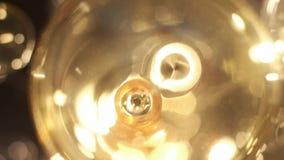 Ακριβός μεγάλος πολυέλαιος του γυαλιού σε ένα εστιατόριο ή μια αίθουσα συναυλιών Φωτισμός πολυελαίων στην αίθουσα, Bokeh, έντονο  φιλμ μικρού μήκους