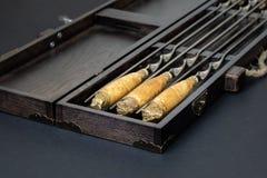 Κλείστε επάνω τα μεγάλα οβελίδια ανοξείδωτου πολυτέλειας λαβών που τίθενται στο ξύλινο κιβώτιο για τη σχάρα και τη σχάρα Ακριβός  στοκ φωτογραφία με δικαίωμα ελεύθερης χρήσης
