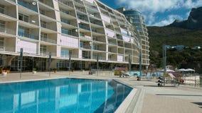 Ακριβό ξενοδοχείο σύνθετο που εντοπίζει στα βουνά Στοκ Φωτογραφία