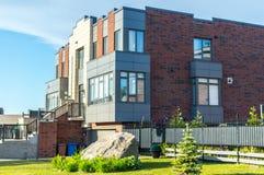Ακριβό σύγχρονο σπίτι με τα τεράστια παράθυρα στοκ φωτογραφία με δικαίωμα ελεύθερης χρήσης
