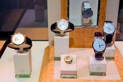 Ακριβό Wristwatches στην επίδειξη στον Up-Market μαγαζί λιανικής πώλησης στοκ φωτογραφίες