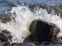 Ακριβώς ένας βράχος στο νερό στοκ εικόνες