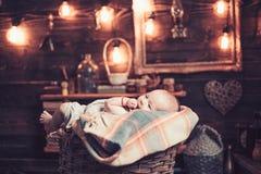 Ακριβώς γεννημένος r r r Πορτρέτο ευτυχούς λίγο παιδί Μικρό κορίτσι με το χαριτωμένο πρόσωπο _ στοκ εικόνες