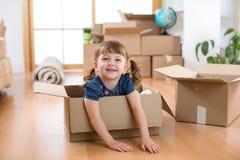 Ακριβώς κινημένος σε ένα νέο σπίτι Παιδί στο κουτί από χαρτόνι στοκ φωτογραφίες με δικαίωμα ελεύθερης χρήσης