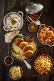 Ακριβώς μαγειρευμένος προσανατολίστε τα τρόφιμα που αντιμετωπίζονται άνωθεν στοκ εικόνες