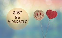 Ακριβώς να είστε οι ίδιοι με την καρδιά και το emoji χαμόγελου στοκ φωτογραφία
