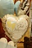 Ακριβώς παντρεμένα γαμήλια μπαλόνια Στοκ Φωτογραφίες