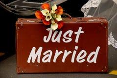 ακριβώς παντρεμένη βαλίτσ&alpha Στοκ Φωτογραφίες