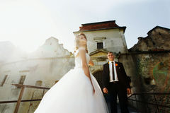 Ακριβώς παντρεμένος θέτει λαμβάνοντας υπόψη το ηλιοβασίλεμα με ένα παλαιό φρούριο ο Στοκ εικόνα με δικαίωμα ελεύθερης χρήσης