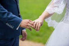 Ακριβώς παντρεμένος κρατώντας τα χέρια Στοκ Εικόνες