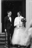 Ακριβώς παντρεμένος περίπατος έξω από την εκκλησία μετά από την τελετή Στοκ εικόνα με δικαίωμα ελεύθερης χρήσης