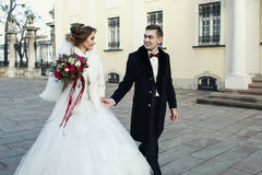 Ακριβώς παντρεμένος περίπατος στα παλτά στο μέτωπο της εκκλησίας Στοκ Εικόνες