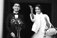 Ακριβώς παντρεμένος ρίξτε τις σοκολάτες στο πλήθος μετά από το ceremon Στοκ φωτογραφία με δικαίωμα ελεύθερης χρήσης