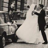 Ακριβώς παντρεμένος χορός κατά μήκος του streat πίσω από τα αυτοκίνητα Στοκ Φωτογραφίες