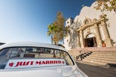 Ακριβώς παντρεμένο άσπρο αυτοκίνητο έξω από την εκκλησία Στοκ εικόνα με δικαίωμα ελεύθερης χρήσης