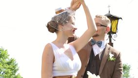 Ακριβώς παντρεμένο ευτυχές ζευγάρι που περπατά και που χορεύει υπαίθρια απόθεμα βίντεο