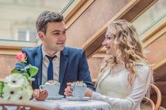 Ακριβώς παντρεμένο ζευγάρι στον καφέ Στοκ εικόνες με δικαίωμα ελεύθερης χρήσης