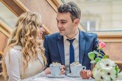Ακριβώς παντρεμένο ζευγάρι στον καφέ Στοκ φωτογραφίες με δικαίωμα ελεύθερης χρήσης