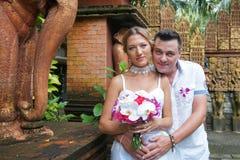 Ακριβώς παντρεμένο ζευγάρι στο ασιατικό πάρκο ύφους Στοκ εικόνες με δικαίωμα ελεύθερης χρήσης