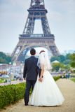 Ακριβώς παντρεμένο ζευγάρι στο Παρίσι κοντά στον πύργο του Άιφελ Στοκ εικόνα με δικαίωμα ελεύθερης χρήσης
